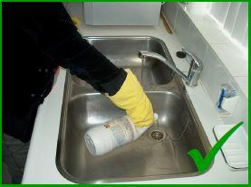 Correct gebruik Select Chemie Power loodgieters ontstopper in gootsteen